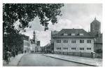 Pocztówka z lat 30-tych XXw. Podobnie jak obecnie prawa strona jest znacznie poszerzona w stosunku do stanu pierwotnego. Po prawej nowy budynek przy Langgasse 2.