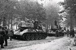 zdjęcie czołgów T-34 wykonane podczas walk w Prusach Wschodnich w 1945 r.