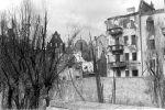 Fragment murów obronnych i zabudowy nad Pasłęką w 1945. Dzisiaj w miejscu tych rozebranych budynków straszy dziura w ziemi