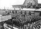 Cesarz Wilhelm II przemawia do niemieckich żołnierzy wyruszających do Chin w celu stłumienia powstania bokserów. W dniu 27.07.1900r. Bremerhaven wygłasza słynna mowę huńską (Hunnenrede),  cyt.: Tępić bez pardonu, nie brać jeńców, kto wpadł wam w ręce, niech ginie. Podobnie jak tysiąc lat temu Hunowie zdobyli sławę pod przywództwem swojego króla Attyli, co w dużym stopniu pojawia się jeszcze dziś w przekazach i w legendach, tak niech zapisze się dzięki wam na tysiące lat w Chinach imię Niemców w taki sposób, żeby nigdy żaden Chińczyk nie odważył się chociażby krzywo spojrzeć na Niemca. Podczas I wojny światowej wykorzysta ją brytyjska propaganda.
