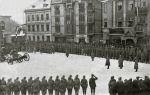 Uroczysta zbiórka zapewne połączona z defiladą na Rynku Przedmiejskim późniejszym Placu Adolfa Hitlera (dzisiejszy Plac Piłsudskiego). Nie ma pewności czy to fizylierzy z 3 Pułku Grenadierów, czy ich następcy z III batalionu 148 Pułku Piechoty. U dołu zdjęcia członkowie paramilitarnej organizacji Deutscher Pfadfinderbund istniejącej w latach 1911-1933
