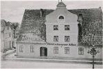 """Hotel """"Schwarzer Adler"""" został zbudowany w latach w 1784-86 w stylu barokowym przez Johanna Christiana Kundt w miejscu dawnej karczmy. Pierwsza karczma w tym miejscu powstała w 1427 r."""