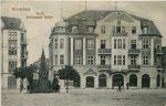 Hotel Schwarzer Adler zbudowany w latach 1908-1909 przez Wilhelma Magendanz w miejscu barokowej gospody o tej samej nazwie. Pocztówka z kolekcji Jacka Iwulskiego