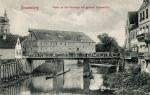 Braniewski Wielki Młyn Miejski na pocztówce z początku XX w. Na pierwszym planie stary Most Młyński, na miejscu którego w 1915 r. wybudowano most betonowy.