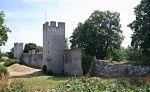 fragment muru północnego zamku Visby. Był to jeden z prężnych portów bałtyckich i najsilniejsza gotlandzka twierdza. W latach 1394-1398 Visby było siedzibą piratów Braci Witalijskich, a w latach 1398-1408 we władaniu Zakonu Krzyżackiego.