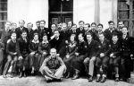 Rok 1935. Wojciech Iwulski drugi z lewej w pierwszym rzędzie. Klasa Gimnazjum Państwowego z Żółkwi