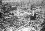 Matka Wojciecha Iwulskiego na gruzach zniszczonego domu