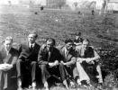 Zdjęcie z okresu okupacji. W środku Wojciech Iwulski.