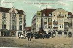 Pocztówka z przełomu XIX/XXw. Na nowomiejskim rynku pomnik jegrów na tle hotelu Czarny Orzeł.