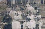 1915. Pacjenci i pielęgniarki jednego z braniewskich szpitali wojskowych