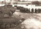 """Lata 80-te XXw.  zapewne do przysięgi ćwiczy słynny """"cyrk"""". Obok maszerujących żołnierzy pojazdy BWP-1, BRDM-2 i SKOT."""