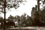 Zapewne lata 60-te, widok od strony dzisiejszego ZOO. Wieża i fragment ściany budynku gospodarczego w tle, a z prawej ruiny kościoła św. Katarzyny. Na pierwszym planie prawdopodobnie obiekty powstałego w latach 1955-1960 ogrodu zoologiczno-botanicznego.