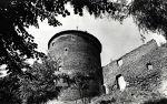 wieża widziana od dołu ze strony południowej (ZOO) zdjęcie. K. Andruszkiewicz KAW.  Wówczas od strony wschodniej stał jeszcze mur, wcześniej obronny, a później stanowiący część budynku gospodarczego zakonu. Widoczne schody przy wieży wykonane podczas adaptacji na potrzeby ZHP.