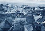 ilustracja pochodząca z początku XX w. z widokiem z kościoła św. Katarzyny na fragment miasta z ul. Klasztorną. Widoczna Wieża Młyna Kieratowego, wówczas nazywana Wieżą Klasztorną oraz bezpośrednio przy niej po obu stronach ulicy Klasztornej zabudowania należące do Zgromadzenia Sióstr św. Katarzyny.