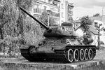 T-34 – najsławniejszy czołg II wojny światowej i główne uzbrojenie Armii Radzieckiej. W wersji T-34/85 najliczniejszy czołg na uzbrojeniu LWP, był pierwszym wozem bojowym produkowanym w Polsce na skalę masową w latach 1952-56. Od 1949 r. były one zasadniczym typem czołgu dywizji pancernych i zmechanizowanych. Po wprowadzeniu nowych typów czołgów, przesuwano je stopniowo najpierw do dywizji II rzutu, a następnie do dywizji skadrowanych i rezerwowych. Z uzbrojenia wycofano je dopiero w 1986 r. Na zdjęciu T-34/85 z produkcji wojennej stojący do dziś w Braniewie na Pl. Grunwaldu. Należał do JW.2185 w Braniewie, czyli 4 Okręgowego Ośrodka Szkolenia Specjalistów Czołgowych.