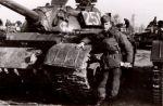 lata 60-te poligon Konotop. czołg T-54 należący do  14 pułku czołgów średnich (JW1763). Przed czołgiem stoi chor. rez. Kazimierz Paszkiet