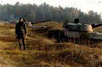 lata 90-te, poligon Orzysz. Samobieżne haubice 122 mm typu 2S1 Goździk ze składu 16 Pomorskiego Pułku Artylerii (JW3510). Na zdjęciu chor. Dąbrowski. 122 mm haubicę samobieżną 2S1 opracowano w końcu lat 60-tych. Działo samobieżne 2S1 to najliczniej produkowane działo w ZSRR i krajach Układu Warszawskiego (wyprodukowano ponad 10 tys. szt.). W Polsce wprowadzono je na uzbrojenie w latach 70-tych i było produkowane do 1991r. na licencji. Wykorzystywane w braniewskim 16 Pułku Artylerii i 55 Pułku Zmechanizowanym. Obecnie nadal działo jest podstawowym środkiem ogniowym polskich jednostek artyleryjskich.