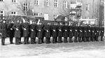 1972-1974. Kompania honorowa JW.2185 tj. 4 Okręgowego Ośrodka Specjalistów Służby Czołgowej, podczas uroczystości w jednostce. Na drugim planie transporter SKOT. Zdjęcie Mirosław Góralski