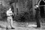 To pozowane zdjęcie z lat 50-tych… ale pierwsze oddziały z WOP musiały również zwalczać bandy rabunkowe buszujące na świeżo zajętych terenach. Żołnierz WP lub WOP uzbrojony jest w produkowany na licencji pistolet maszynowy PPS wz.1943/52