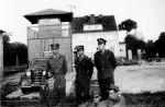1965. Na terenie strzelnicy 14 Pułku Czołgów Średnich. Pierwszy z lewej stoi ppor. Piotr Jaroszek.