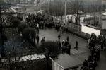 Stoczniowcy opuszczający Stocznię Gdańską im. Lenina przez bramę nr 2. Bramę tą obstawiały czołgi i transportery opancerzone z 55 Pułku Zmechanizowanego.