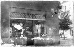 1942. apteka Mgr A. Łodziński i S-ka ul. Kazimierzowska 65. W trakcie przenoszenia apteki z getta mgr Antoni Łodziński został aresztowany przez gestapo i w 1942 zginął w obozie koncentracyjnym Auschwitz.
