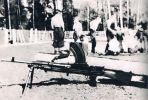 ćwiczenia tajnej Szkoły Podchorążych tzw. Agrykoli w m. Giziewiczce, którą Markiz ukończył wiosną 1944 r. jako plutonowy podchorąży. Była to kuźnia kadry dowódczej Grup Szturmowych. Na pierwszym planie brytyjski rkm BREN otrzymany ze zrzutów.
