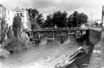 Braniewo w 1945 r. Widoczny zachowany Most Kotlarski stojące przy nim budynki, u dołu fotografii fragmenty wysadzonego Mostu Młyńskiego.