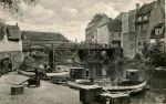 Most Kotlarski a za nim ledwo widoczny fragment Mostu Młyńskiego. Po prawej stronie do połowy XIX w. stała Brama Kotlarska. Most przetrwał działania wojenne w 1945 r. jednak został rozebrany. Dziś w tym miejscu przebiegają rury ciepłownicze.