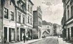 Początek XX wieku. Widok z ulicy Pocztowej na Most Kotlarski i dalej Hotel Czarny Orzeł. Przed mostem do połowy XIX wieku stała Brama Kotlarska.