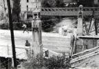 Braniewo 1948 r. układanie nawierzchni na odbudowanym moście przy ul. Gdańskiej. W tym miejscu znajdował się Most Młyński. W tle widoczna konstrukcja to most Baileya (przenośny stalowy most kratownicowy konstrukcji brytyjskiej. Most Baileya ustawiono tymczasowo na miejscu rozebranego wówczas drewnianego Mostu Kotlarskiego.