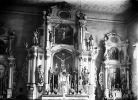 Lubomino. Kościół parafialny katolicki. Wnętrze. Ściana wschodnia z ołtarzami. Fotograf Ulbrich Anton 1904-1909. Ołtarz Johann Oestreich kupił w 1809 r. podczas rozbiórki kościoła jezuickiego w  Braniewie i podarował dla kościoła w Lubominie.