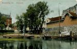 Okres międzywojenny. Targ Rybny (Fischmarkt), na prawym brzegu Pasłęki w pobliżu Mostu Kotlarskiego. Tu rybacy sprzedawali złowione na zalewie ryby oraz warzywa uprawiane przez kobiety z Nowej Pasłęki
