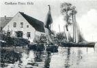 """45 karczma w Nowej Pasłęce należąca do Franza Holza, który był również właścicielem statku """"Anna"""", pływającego z Braniewa na Mierzeję Wiślaną. Obok zacumowano łodzie rybackie."""