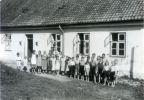 1937. Dzieci i nauczyciel przed szkołą w Starej Pasłęce, która miała bardzo długą sięgającą XVII w. historię. Powstało wiele budynków, które ulegały zniszczeniu. Ten widoczny na zdjęciu powstał w 1846 r., ale oczywiście przechodził remonty. Nie przetrwał II wojny światowej.  49 lata międzywojenne. Widok z kościoła w kierunku Braniewa na zabudowania Starej i Nowej Pasłęki i rzekę