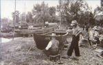 okres międzywojenny, rybacy z Starej Pasłęki Fritz i Rudolf Andres malują A.P.A. (Alt Passarge) na łódce wyjętej do konserwacji na brzeg