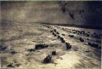 zdjęcie lotnicze wykonane z sowieckiego samolotu szturmowego Iliuszyn Ił-2 w lutym 1945 r. nad zamarzniętym Zalewem Wiślanym. Piloci należeli do 75 gwardyjskiego pułku szturmowego. Widoczne wybuchające pociski przeciwlotnicze. Z ujścia Pasłęki prowadziły co najmniej 2 drogi po lodzie na Mierzeję. Ataki prowadzone były niemal codziennie, a ofiarami była głównie uciekająca ludność cywilna Prus Wschodnich. Pierwszy atak wykonany przez myśliwce Airacobra z miał miejsce w dniu 4.02.195 r.