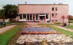 """budynek Poczty Polskiej w latach 70-tych XX w. zdecydowanie odbiegał """"stylem"""" od poprzedników podobnie jak cała dzisiejsza zabudowa Placu Strażackiego i Hozjusza"""