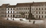 tzw. Vorstädtischer Markt czyli Rynek Przedmiejski z widoczna zwarta zabudowa murowanych kamienic, za którymi występowały liczne budynki gospodarcze padające ofiarą częstych pożarów. Pomnik na środku rynku pochodzi z 1874 r. i był poświęcony żołnierzom 1 batalionu jegrów z Braniewa poległym w wojnie prusko-francuskiej 1870-1871.