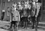 strażacy Freiwillige Feuerwehr Braunsberg na braniewski Dworcu Kolejowym. Zdjęcie wykonane w dniu 2.09.1935 r. Zwracają uwagę mundury nawiązujące do wojskowych, czy policyjnych. Wraz z dojściem do władzy faszystów ustawą z 1933 r. ówczesne OSP zostały podporządkowane Policji Państwowej jako oddziały techniczne.