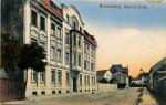końcowa część ulicy Bahnhofstrasse (obecnie Kościuszki).  W budynku po prawej stronie do niedawna mieściła się Komenda Policji