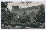Widok z dołu dawnej fosy w kierunku na Gimnazjum. Wśród zarośli na tle Kamiennego Domu widoczna Baszta Prochowa.