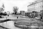 Połowa lat 70-tych XX w. Przed Amfiteatrem Miejskim trwa odbudowa zewnętrznego muru obronnego, a być może początek odbudowy Baszty Prochowej. W tle widoczne bloki na Placu Strażackim i kościół św. Antoniego