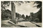 Pocztówka z lat 1935-1940 przedstawiająca pomnik poświęcony Braniewianom poległym w Wielkiej Wojnie 1914-1918. Na tle Hosianum, wówczas Gimnazjum oraz Kamiennego Domu widoczna Baszta Prochowa. Pomnik odsłonięto w 1933 r. Został rozebrany po wojnie.