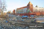 Widok na Amfiteatr Miejski podczas ostatniego remontu w latach 2010-2011. W tym okresie wyremontowane zostały schody zewnętrzne i dach Baszty Prochowej. Zdjęcie ze strony Braniewo w fotografii.
