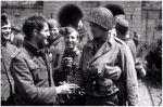 28.06.1944. amerykański żołnierz James Fergusen podaje rękę niemieckim więźniom, którzy wydają się zadowoleni ze swojego losu w Cherbourgu. Niemieccy żołnierze odczuwają ulgę, że walka o arsenał się skończyła