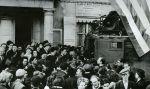 aliancki pojazd nagłośnienia wśród cywilów w niedawno wyzwolonym Cherbourgu