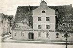 """Zdjęcie z przełomu XIX/XX w. przedstawia hotel """"Schwarzer Adler"""". Mniej więcej w tym miejscu od czasów średniowiecznych stałą nowomiejska karczma """"Niederkrug"""", która później przyjęła nazwę """"Czarny Orzeł""""."""