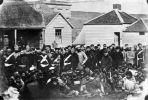 Maoryscy jeńcy w Wanganui, w 1867 roku. Pilnowani przez żołnierzy 18. i 57 pułków imperialnych oraz żołnierzy kolonialnych sił obronnych. Widoczni na zdjęciu  z nakryciem głowy typu kominiarka być może są z oddziału Forest Rangers. Zdjęcie wykonane przez Williama Jamesa Hardinga.