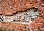 ubytek w elewacji ściany północnej Wieży Kleszej. Zdjęcie Jacek Iwulski